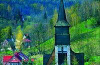 Kościół w Jagniątkowie na tle panoramy Karkonoszy